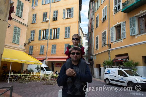 oğlumla güney Fransa'da Nice sokaklarında dolaşırken