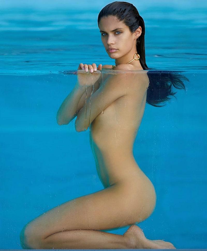 Sara Sampaio despiu-se para a Maxim