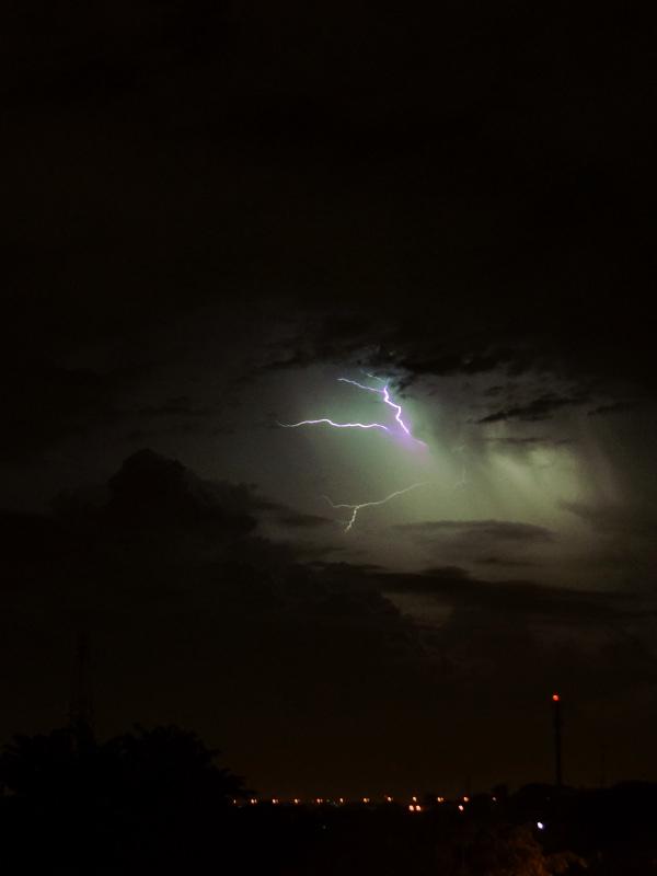 Langit gemerlap badai petir