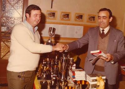 Pau Servat recogiendo su trofeo de ajedrez en 1982