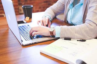 Hombre escribiendo en el teclado