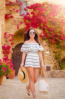 Cómo combinar un top de rayas con los hombros descubiertos en tu look de verano