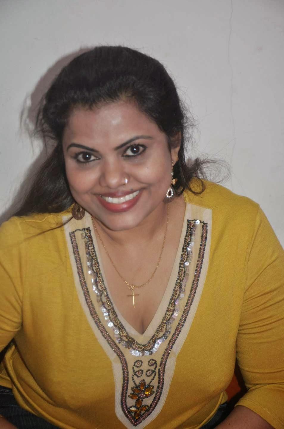 Hot Kerala Mallu House Wife Prameela Kutty Sexposing Deep -7501