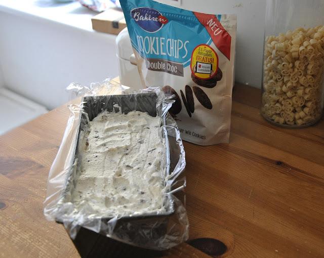 Eismasse in eine Kastenform füllen
