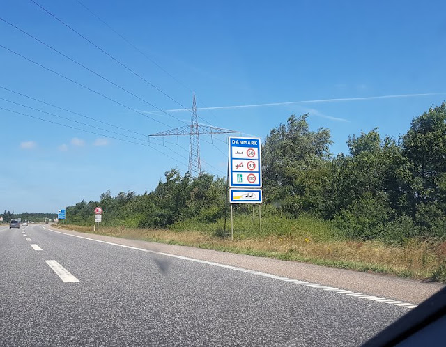 Vom Glück der Anreise nach Dänemark. An der Grenze machen die dänischen Geschwindigkeitsbeschränkungen glücklich und die Fahrt entspannter.