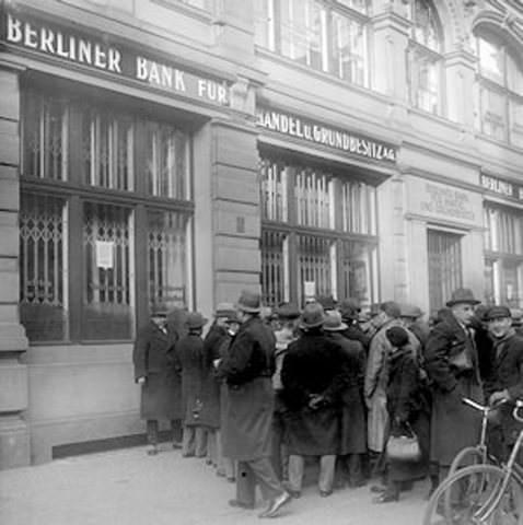 Κόσμος έξω από τράπεζα στο Βερολίνο