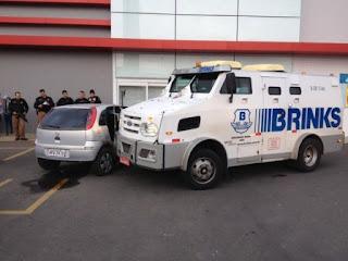 Ladrões bloquearam o carro-forte para fazer o assalto.  Foto: Augusto Klein/RPC