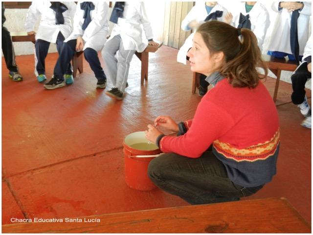 Explicando parte del proceso de elaboración del queso - Chacra Educativa Santa Lucía