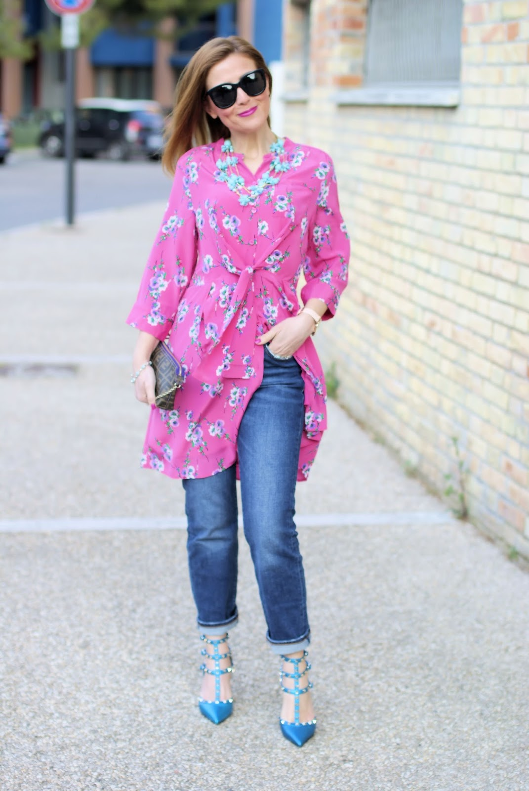 How to wear a dress over jeans: outfit idea with Metisu