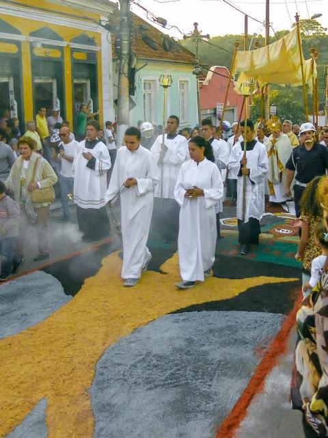 Procissão de Corpus Christi passa em tapetes de Santana de Parnaíba.