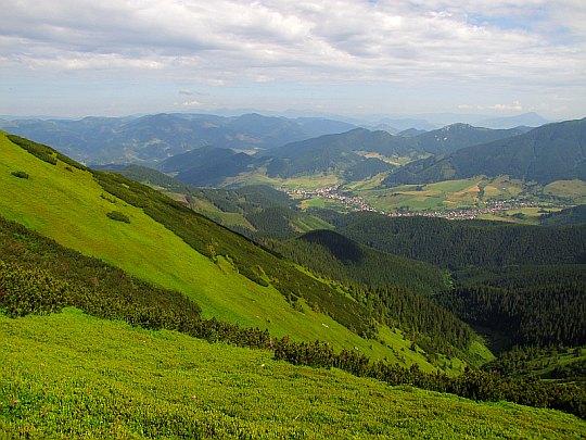 Wieś Liptovská Lúžna., a dalej za Revúcką doliną mamy wzniesienia Wielkiej Fatry.