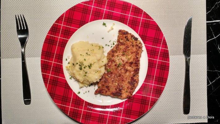 foto schnitzel de porco com purê de batata doce