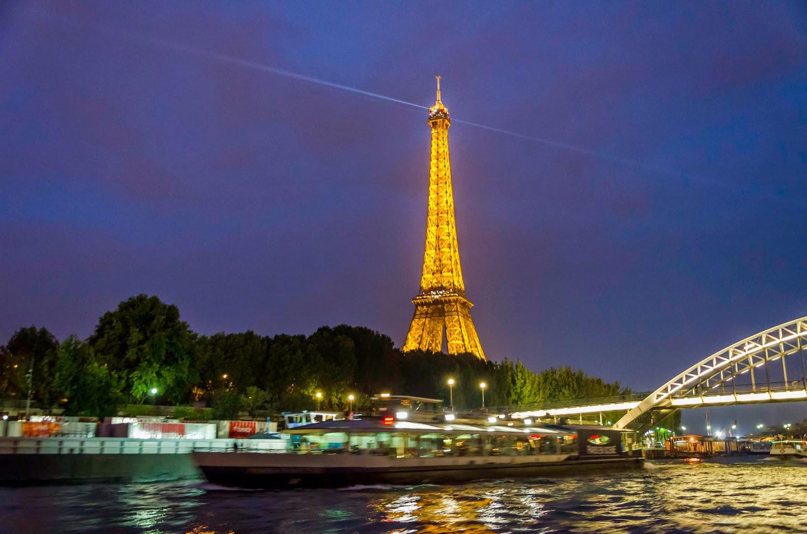 Torre Eiffel e o Rio Sena
