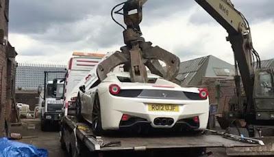 Mobil Ferrari 458 dihancurkan