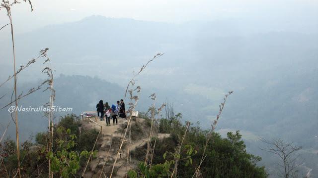Pemandangan di puncak lainnya