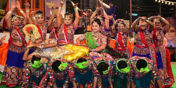 रास उल्लास : परंपरा के साथ नयापन है राजवाडा के गरबों में