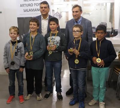 Javier Ochoa y Eduardo Pomar con los participantes en el Sub-10 del I Memorial Arturo Pomar Salamanca