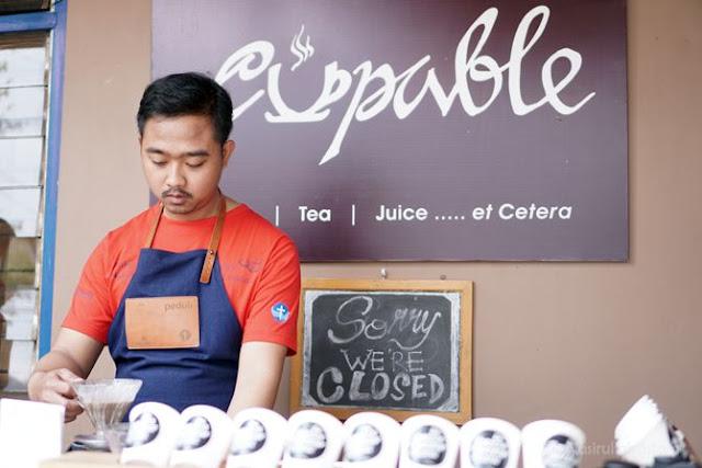 Barista Inklusif meracik kopi di teras Cupable Coffe