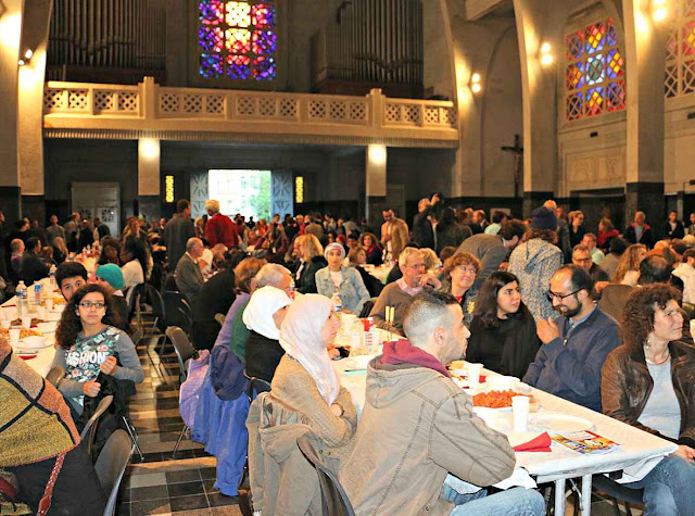 Fim do Ramadan intercultural na igreja de Saint-Jean-Baptiste em Molenbeek, presidida pelo pároco e os imames do bairro dos terroristas