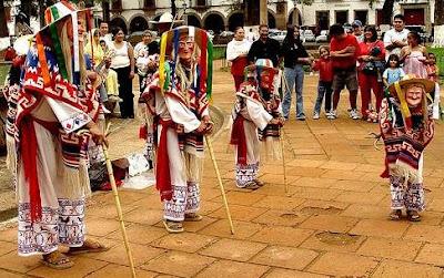 Foto de personas bailando la danza de los viejitos