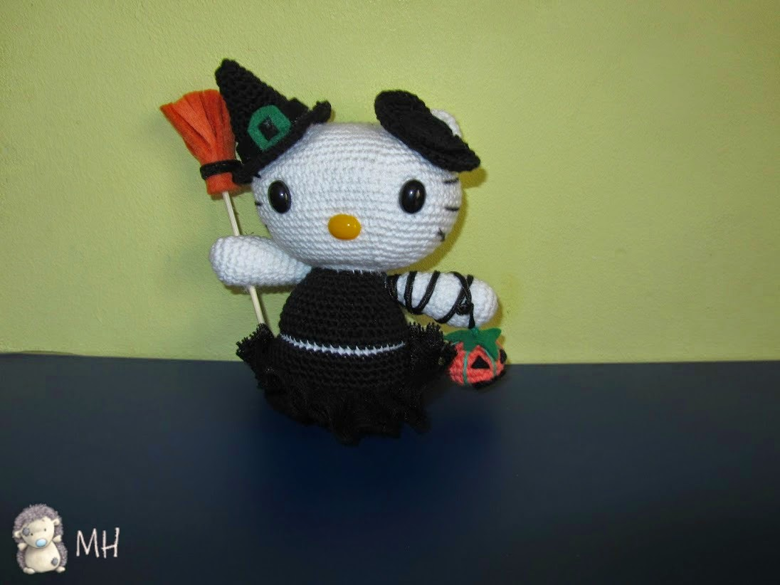 Hello Kitty Bruja con escoba y calabaza