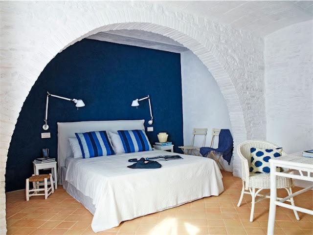 dormitorio aire mediterraneo en azul y blanco chicanddeco