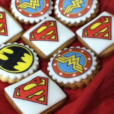 torta, biscotti e allestimento festa tema supereroi