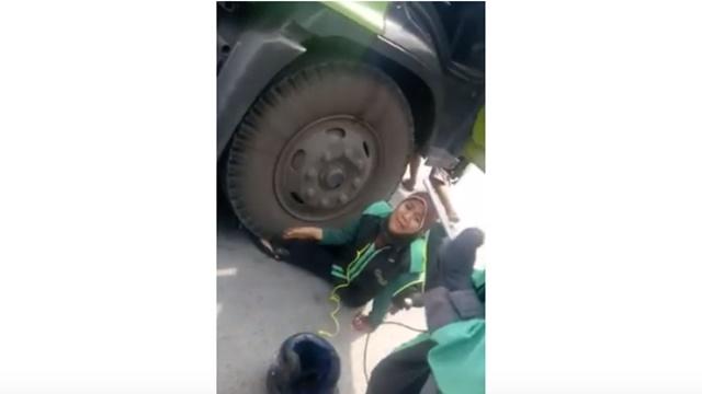Ya Allah, Kasihan! Ibu-Ibu Driver Ojol ini Kecelakaan, Kakinya Terlindas Roda Truk