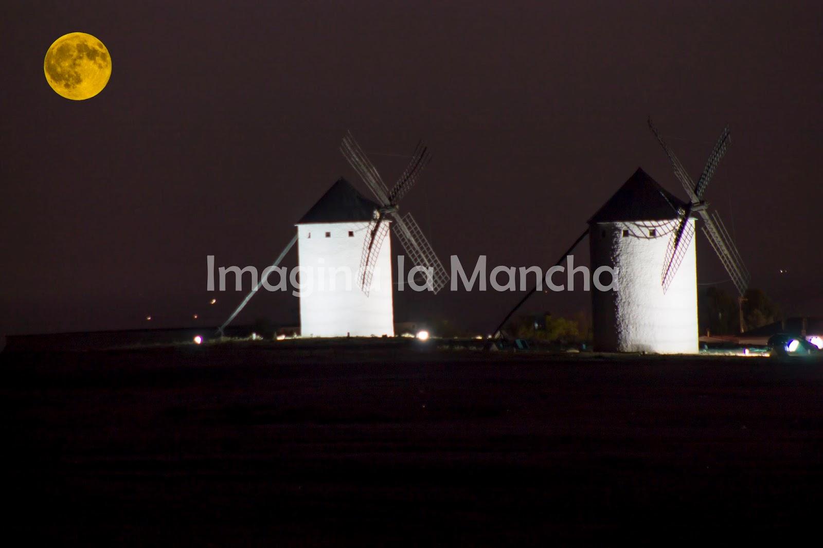 Imagina La Mancha: Noche de Eclipse Lunar en los Molinos