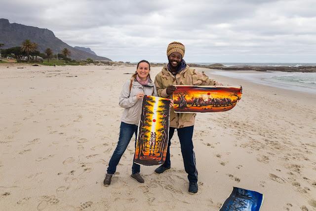Vendedor de cuadros en Camps Bay Beach, Península del Cabo, Sudáfrica