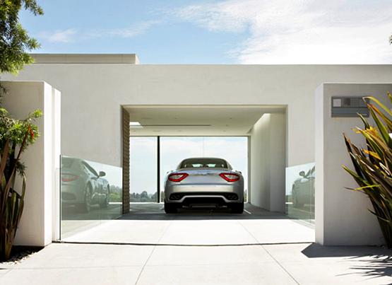 Model Garasi Minimalis Di Samping Rumah Dengan Nuansa Putih Elegan