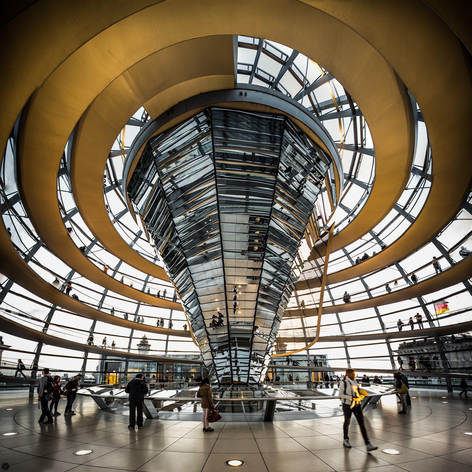 Tronco de espejos en la cúpula del Bundestag :: Panorámica (33Mpixels) 6x Canon EOS5D MkIII | ISO1600 | Canon17-40 @17mm | f/5.6 | 1/20s
