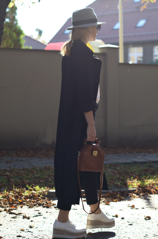 białe oksfordy Tamaris platformy; white shoes Tamaris; vintage bag, long coat; hathat; hat
