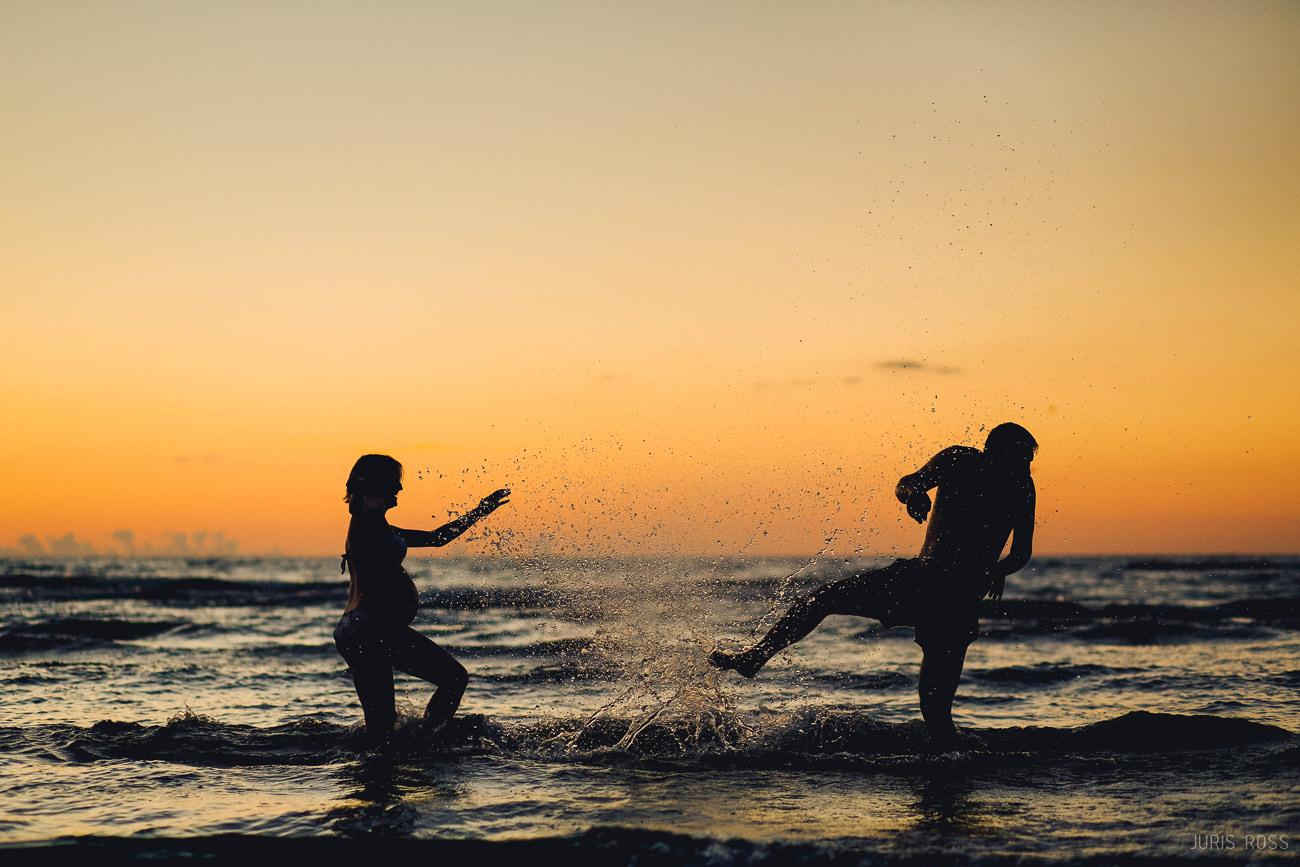 aktīva grūtniecības fotosesija pie jūras