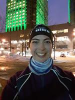 Coureuse souriante, centre-ville de Montréal l'hiver