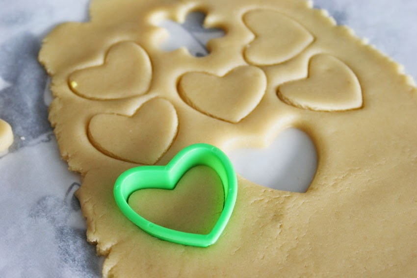 Galletas con forma de corazón y molde de plastilina