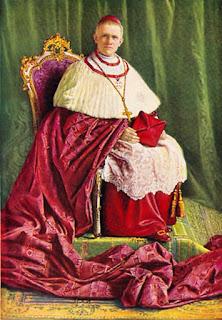 En kardinal fra noen tiår tilbake sitter stivpyntet.