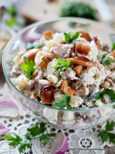 salatka ziemniaczana, salatka z ziemniakow, ziemniaki, grzyby marynowane, grzybki w occie, menu imprezowe, na impreze, domowe jedzenie, najsmaczniejsza salatka, ziemniaki salatkowe, miska salatki