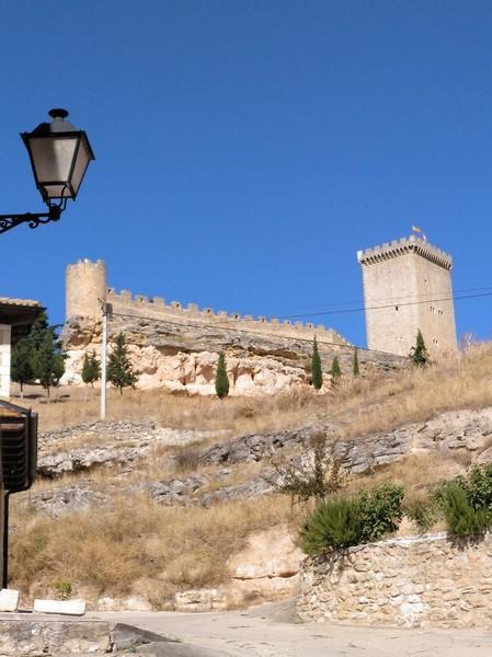 Vista del Castillo de Peñaranda de Duero desde una de sus calles