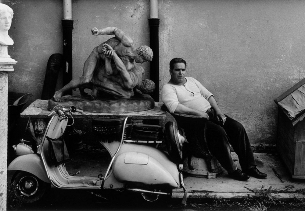 The atmosphere is magical in the fifties and the young american photographer who will make rome a new photographic fresco masterful and powerful