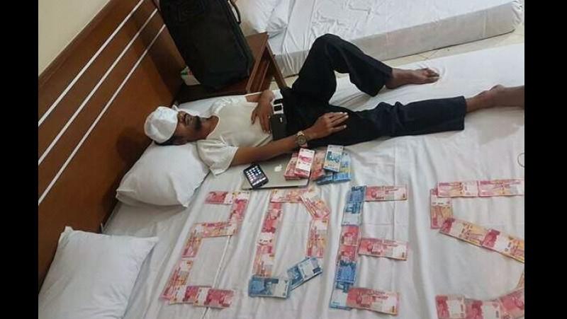 Pamer setumpuk uang saat tidur