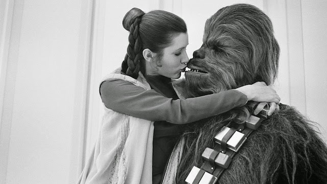 carrie fisher kissing chewbacca