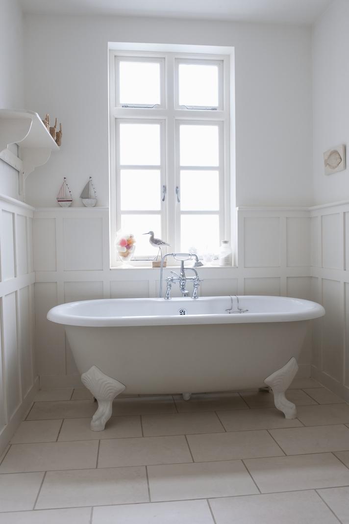 Old fashioned bath tub
