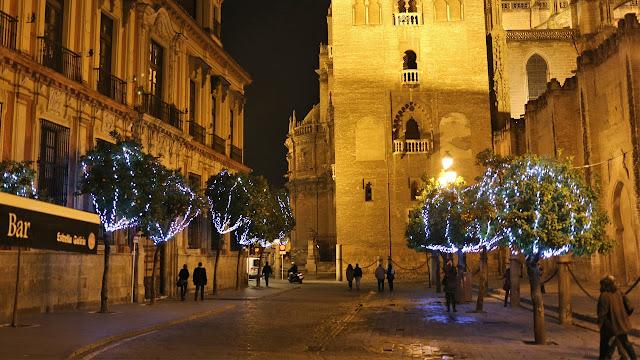 Calle de la Giralda de sevilla con naranjos adornados por navidad