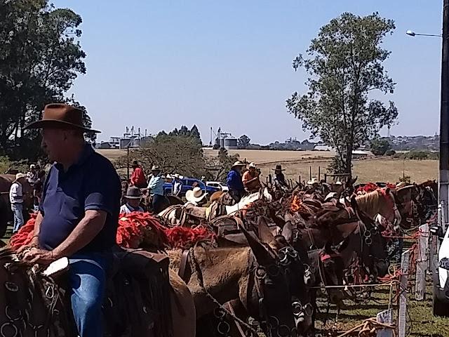 Cavalgada em Borrazopolis reúne cavaleiros de toda região