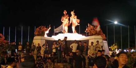 Cegah Pekanbaru Dikotori Kerak Lilin, Asykar Theking dan Ormas Duduki Tugu Perjuangan Pekanbaru, Massa Pro Ahok Batal Gelar Aksi Bakar Lilin