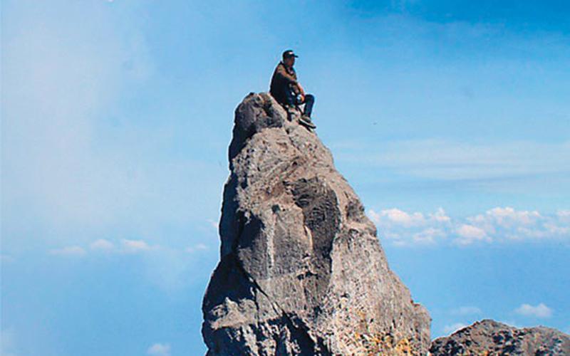 Misteri Batu di Puncak Merapi yang Dipanjat Erri Yunanto