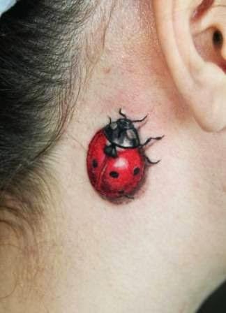 tatuaje de mariquita en el cuello de una mujer