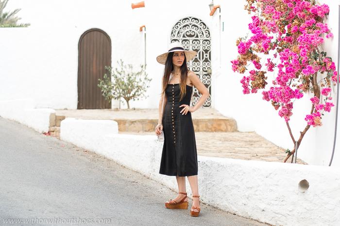 Blogger influencer en Mojácar con ideas de oufit como combinar con estilo los vestidos midi botones madera