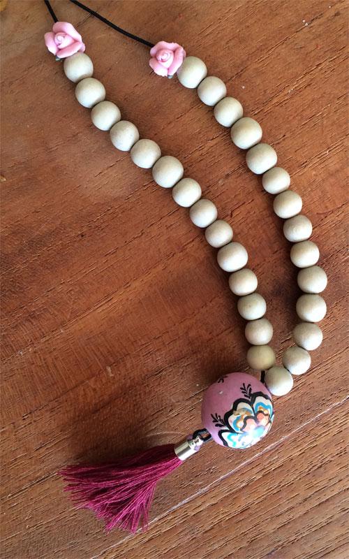 28 houten almond kralen aan waxkoord